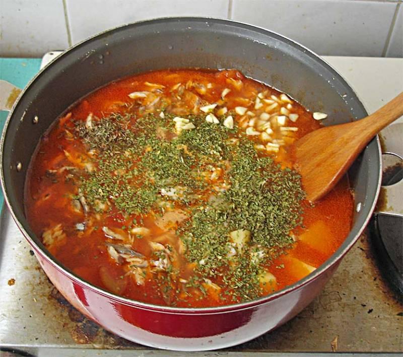 За несколько минут до готовности добавляем в кастрюлю мелко нарезанный чеснок и специи.