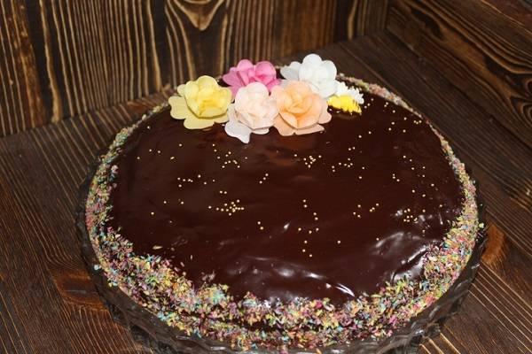 8. Когда все коржи собраны, можно украсить торт по желанию. Затем оставить его на пару часов, чтобы он как следует пропитался.