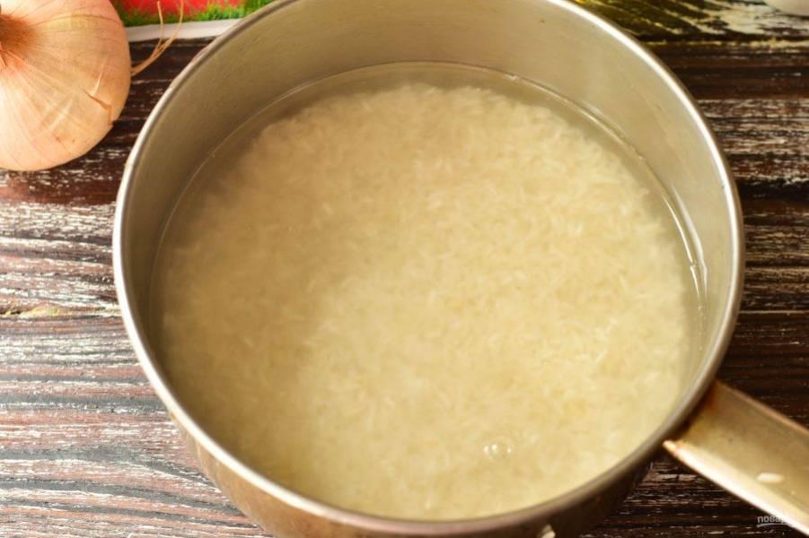 Рис хорошо промойте, выложите его в ковш. Залейте чистой водой. Варите крупу в течение 20-30 минут.