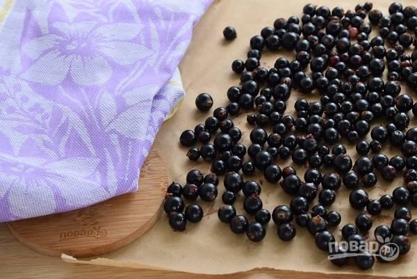 Разложите ягоду на чистую бумагу или полотенце, дайте обсохнуть.