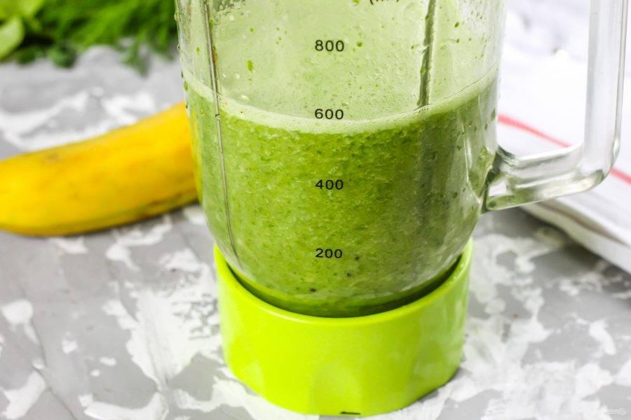 Измельчите содержимое емкости до однородности, пюрируя все кусочки фруктов.