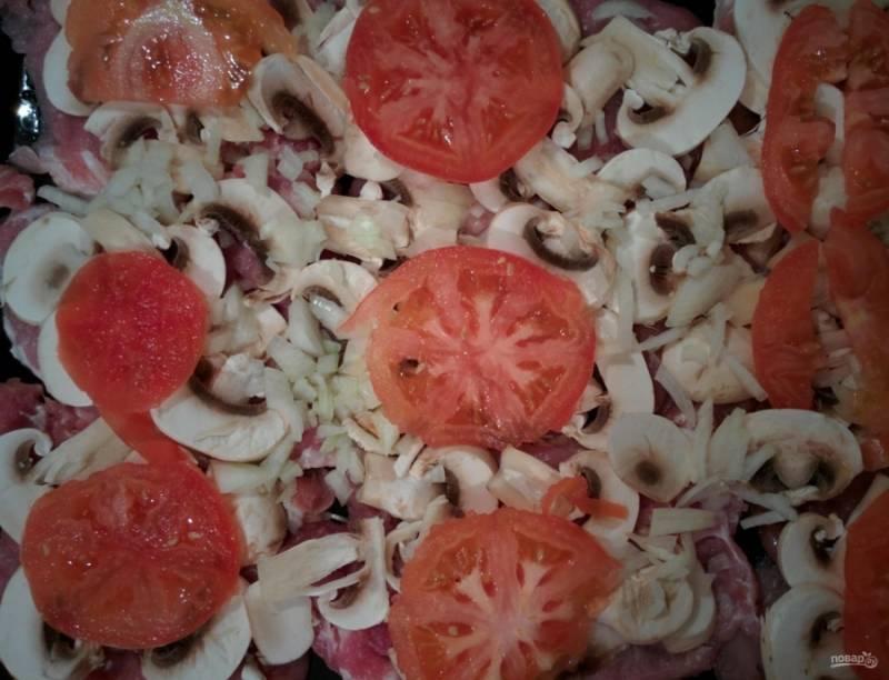 4.Помидоры мою и нарезаю кружочками, твердый сыр натираю на крупной терке, выкладываю помидоры поверх грибов.