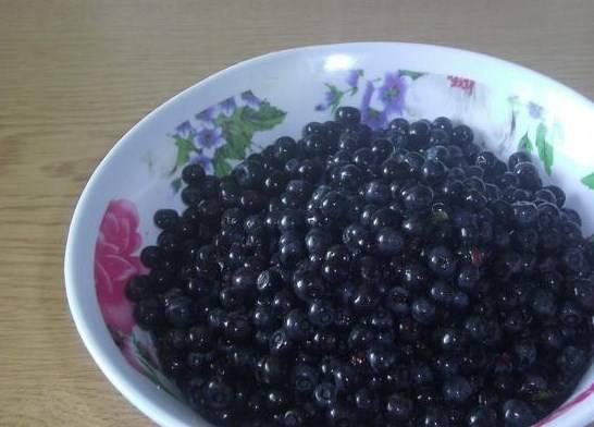Свежую собранную чернику нужно перебрать, удалить многочисленные листочки, которые попадаются вместе с ягодой. Промыть.