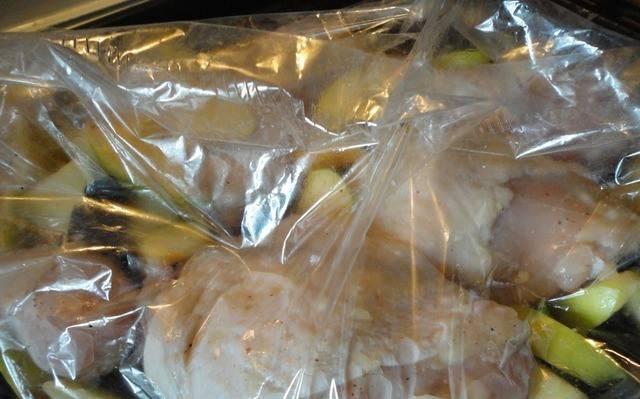 3. Выкладываем и курицу, и фрукты в пакет для запекания. Отправим в холодную духовку и оставим после нагрева до 180 градусов на полчаса.