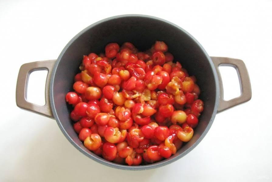 Переложите черешню в кастрюлю с толстым дном или в таз. Чистый вес черешни после всех манипуляций составил 1 кг 200 грамм.