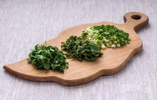 2.Вымойте зелень (любую по вкусу), затем нарубите ее мелко.