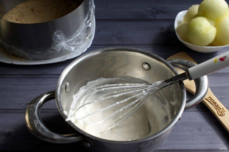 Замоченный агар-агар  доведите до кипения, влейте 100 мл сливок , вновь доведите до кипения и варите в течение 2 - х минут, постоянно помешивая.