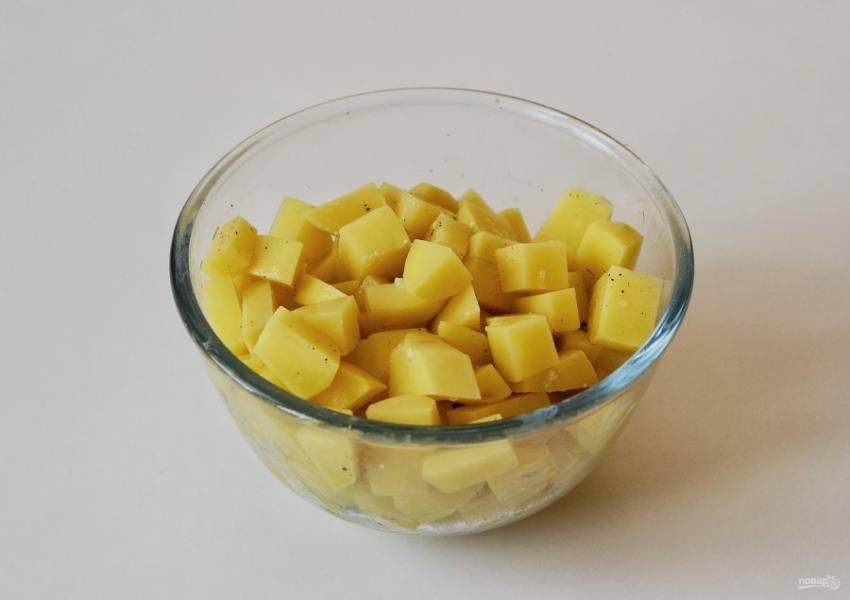 Картошку очистите от кожуры и нарежьте кубиками. Посолите и поперчите по вкусу.