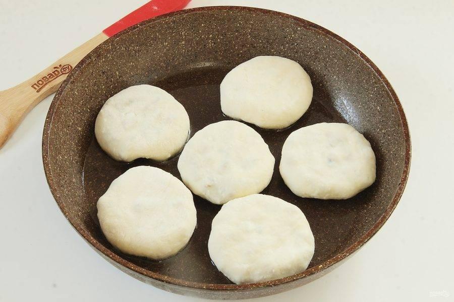 Сформируйте пирожок любой формы, мне нравится круглая. Выложите их на разогретую сковороду.