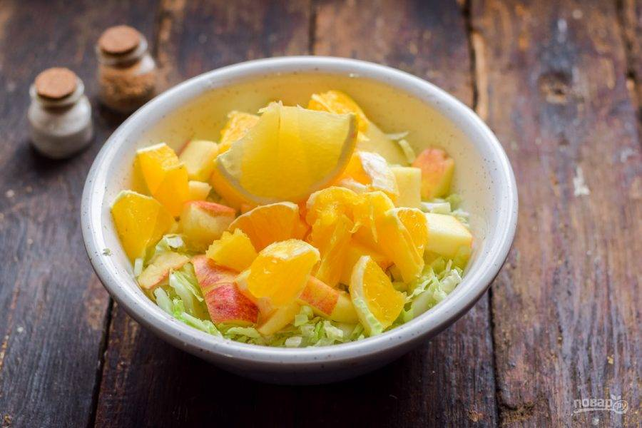 Сбрызните салат лимонным соком, добавьте масло и сахар по вкусу.