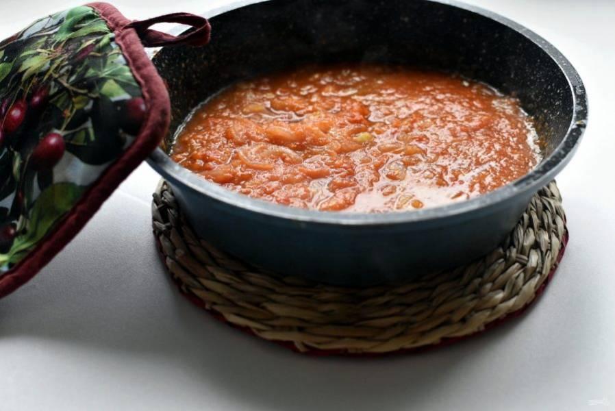 Нашинкуйте репчатый лук потоньше и слегка позолотите его в оставшемся оливковом масле. Залейте лук протертыми помидорами и потушите минут 5, помешивая. Посолите по вкусу. Можно воспользоваться помидорами в собственном соку, измельчив их вместе с заливкой.
