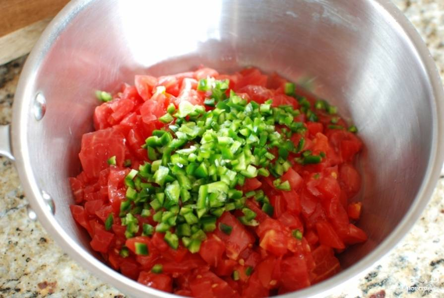 Перчики чили (можете взять любого вида) очистите от семечек и мелко порубите. Добавьте в кастрюлю к помидорам.