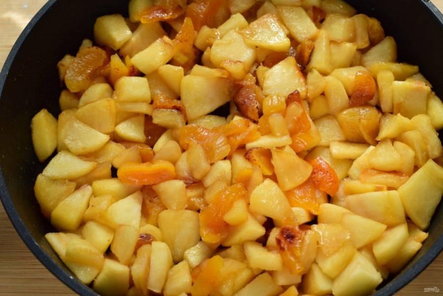 Добавьте кусочки фруктов, перемешайте и обжаривайте до тех пор, пока они не покроются полностью растопленной карамелью.