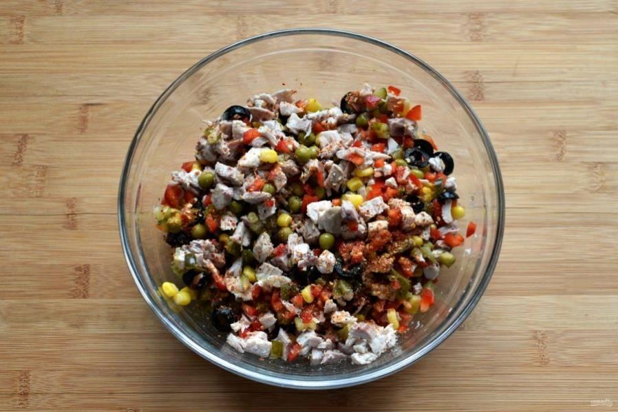 Выложите все продукты в глубокую миску, немного посолите, поперчите черным перцем и добавьте по вкусу немного чили, лучше в хлопьях, чтобы меньше окрашивали бульон. Хорошо перемешайте.