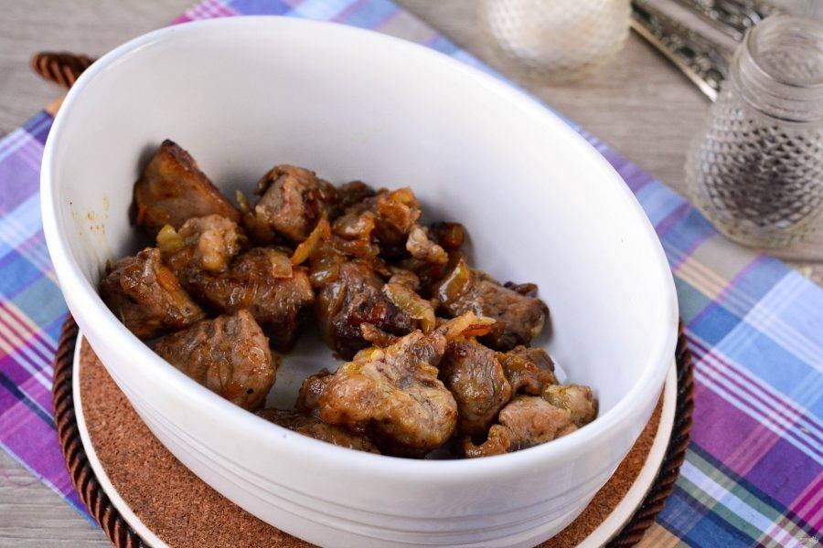 Переложите мясо с луком в форму для запекания.