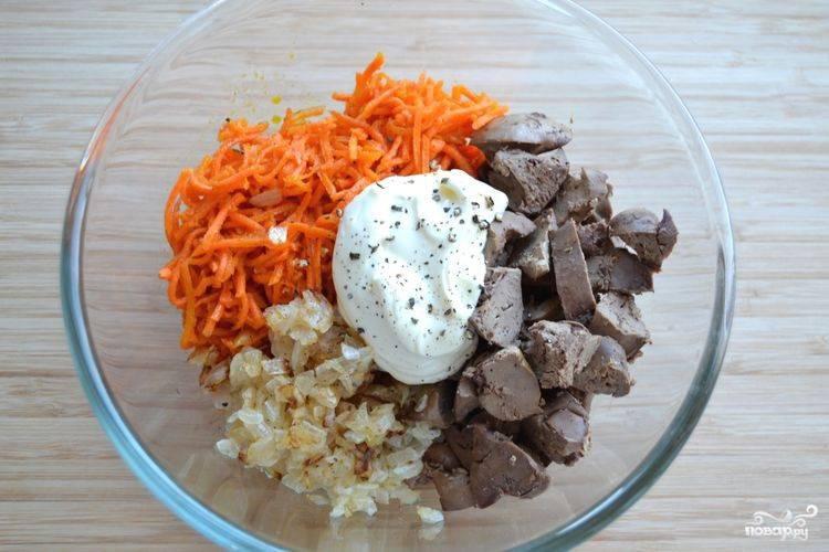 3.В тарелку складываем все ингредиенты: корейскую морковь, порезанную печень, лук, майонез, молотый перец.