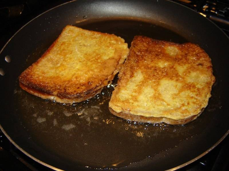 Растопите масло на сковороде и подрумяньте ломтики хлеба.