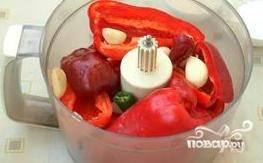Чеснок почистите. Слегка раздавите зубчики при помощи широкой поверхности ножа. Чеснок вместе с другими овощами измельчите в кашицу в комбайне.