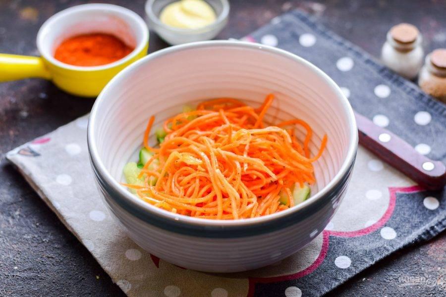 Следом добавьте в салат морковь по-корейски. Если морковь слишком длинная, нарежьте ее.