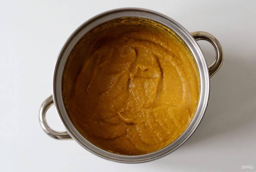 Добавьте томатную пасту, перемешайте. Следом добавьте соль и сахар, и все специи. Тушите с открытой крышкой еще 20-30 минут. В конце добавьте измельченный чеснок и укус. Проварите еще 5 минут.