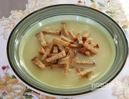Подаем к столу с сухариками или гренками. Можно добавить измельченный чеснок и свежую зелень.