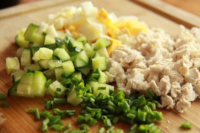 6. Рецепт приготовления протеиновых блинчиков можно дополнить вкусной и полезной начинкой. Для этого, например, можно нарезать куриное филе, огурец, вареное яйцо и свежую зелень.