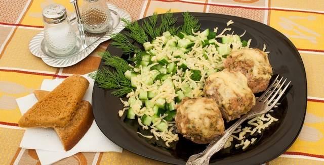 9. Подавать котлеты под соусом можно как горячими, так и холодными. На гарнир отварите любую кашу, сделайте картофельное пюре или просто подайте котлеты вместе с овощами.