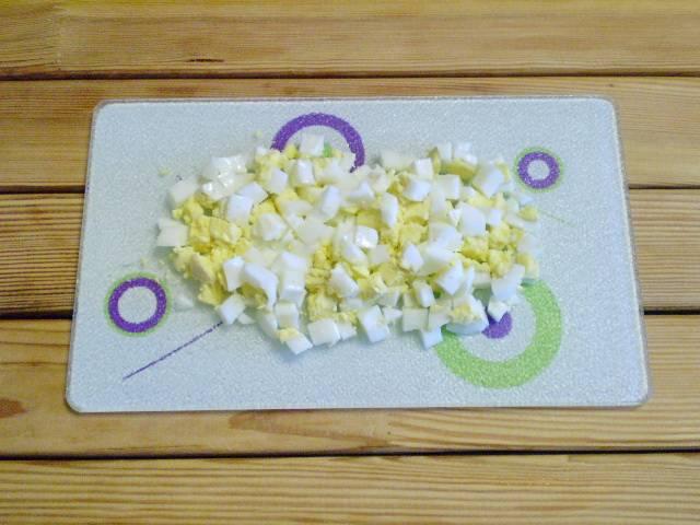 4. Яйцо рубим кубиками.