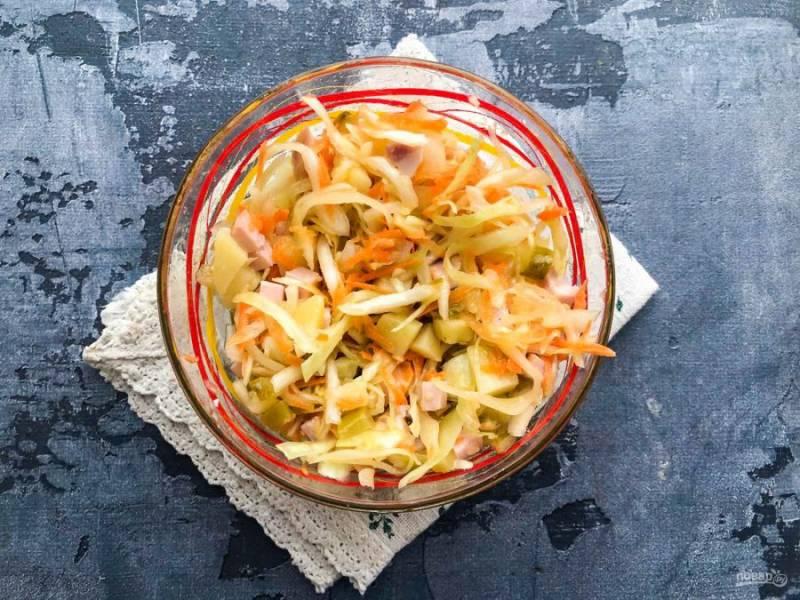 Заправьте салат маслом, посолите и хорошо перемешайте.