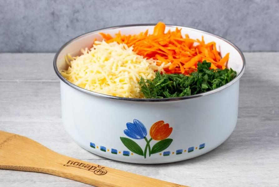 Затем добавьте натертый на мелкой терке сыр и рубленную зелень.