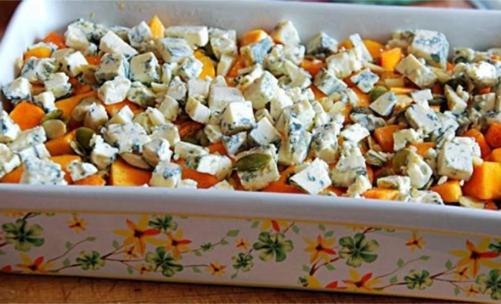 4. Форму для запекания смажьте оливковым маслом. И нарезанные ингредиенты добавляйте слоями. Сначала курицу, после тыкву и сверху сыр.
