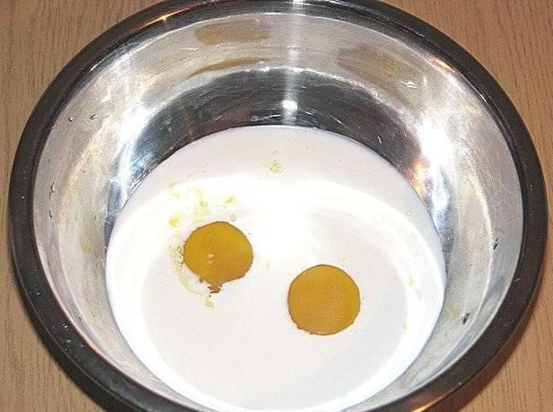 Пока грибы тушатся, наливаем сливки в миску, разбиваем яйца и хорошенько все перемешиваем.