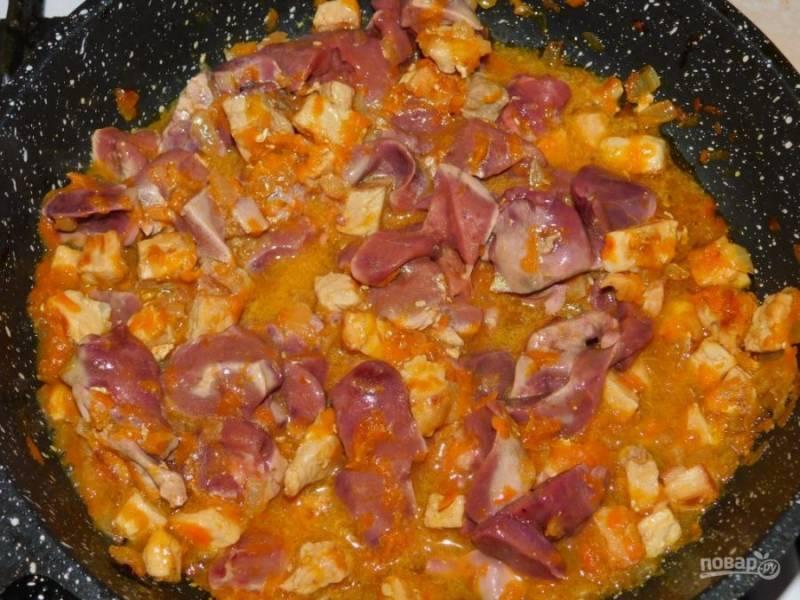 Добавьте нарезанную куриную печень. Готовьте все вместе минут 15. Долго печень готовить не надо, так как она станет жесткой.