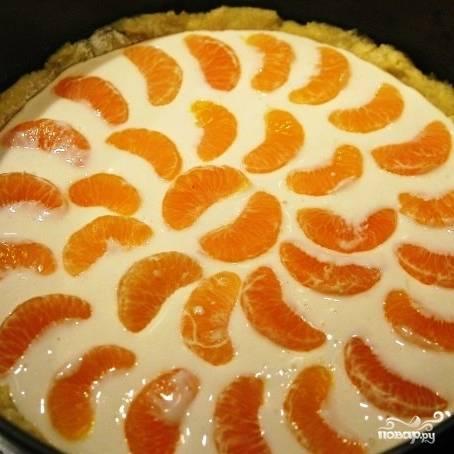 Заливаем тесто нашей начинкой, сверху укладываем дольки мандарина.