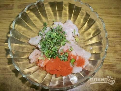 3.Нарежьте мелко пару веточек свежего кориандра и добавьте к курице.
