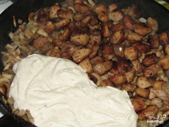 Когда грибы начнут становиться золотистыми, выложите в сковороду мясо и соус.