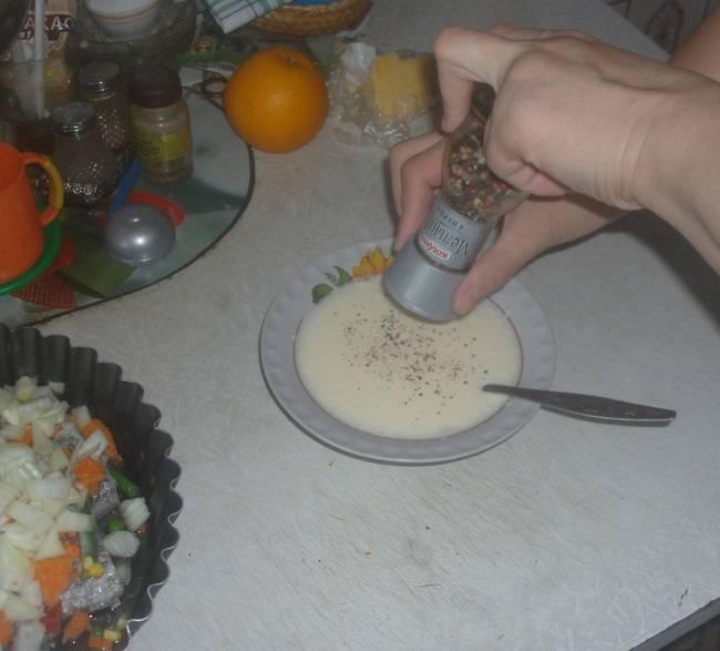 6. В майонез добавить смесь перцев и другие специи по вкусу. Тщательно перемешать. При желании можно разбавить майонез немного водой.