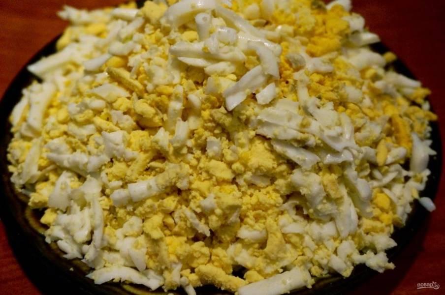 5. На такой же терке натираем яйца.