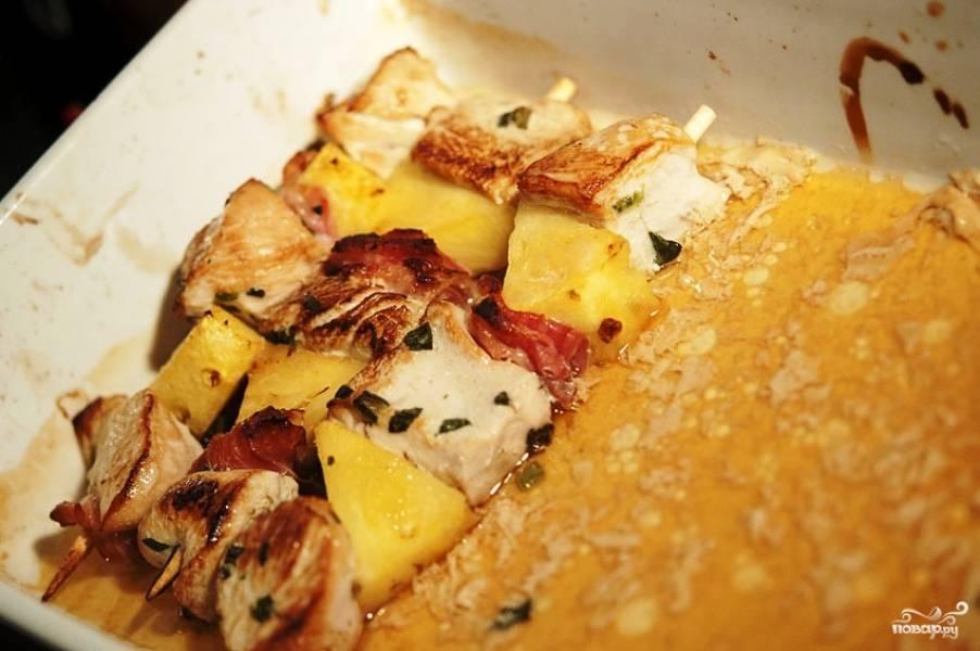 Экзотический шашлык готов. Подавать в горячем виде с любимым соусом (хотя можно и без соуса - ананасы ведь дают много сока, который может полноценно заменить соус). Приятного аппетита!