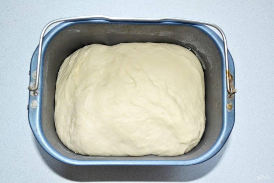 Оставьте тесто в теплом месте на 1.5 часа, чтобы оно хорошо подошло.
