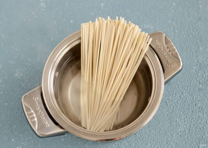 Лапшу отварите в кипящей воде в течение 3 минут, затем промойте в холодной. Или готовьте согласно инструкции на упаковке.