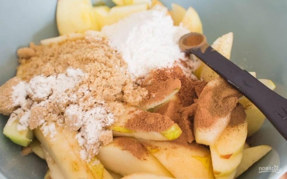 Для начала достаньте размораживаться тесто. В это время нарежьте дольками яблоки и груши. Добавьте к фруктам корицу, сахар, орех, ванилин и мускатный орех.