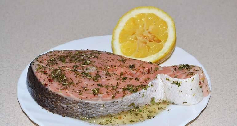 Семгу очищаем, промываем и просушиваем салфеткой. Затем натираем итальянскими травами и солью, поливаем соком половины лимона. Даем рыбе замариноваться 20 минут.