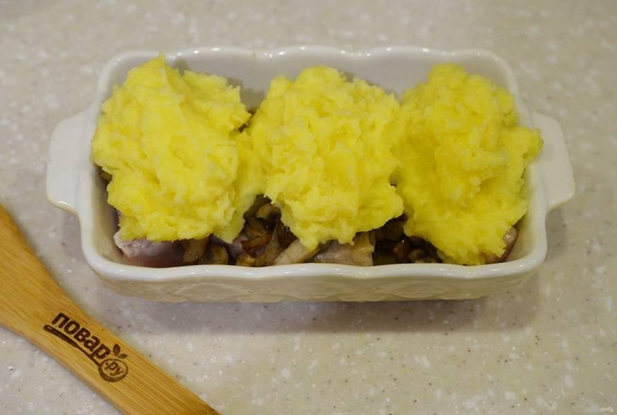 7. Красиво выложите пюре на грибы. Запекайте в разогретой до 180 градусов духовке около 30 минут, сначала прикрыв фольгой.