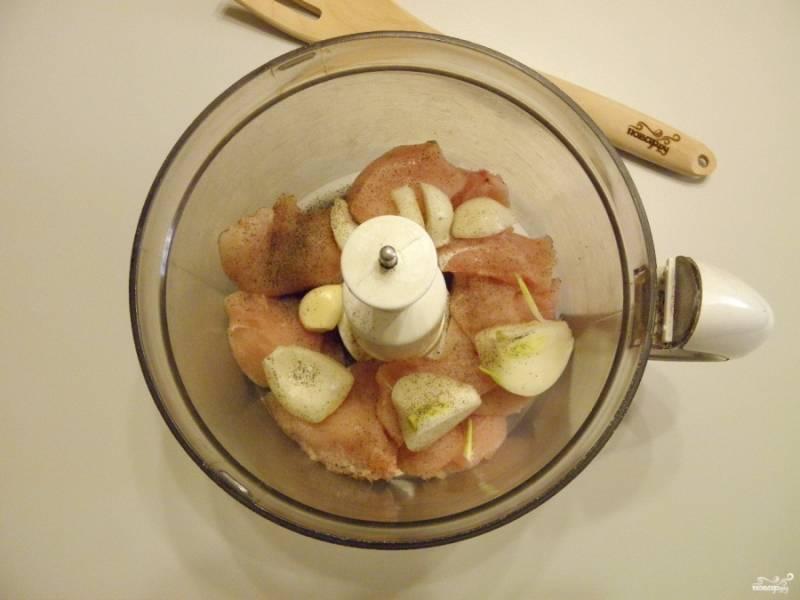 Отделите куриное мясо от кости, снимите и выбросьте шкуру. Сложите в измельчитель мясо, лук и чеснок. Добавьте по вкусу соль и щепотку молотого перца.