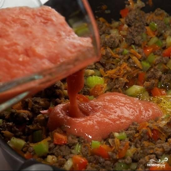 Остывшие помидоры измельчаем в пюре при помощи блендера или кухонного комбайна. Получившееся томатное пюре выливаем в жаровню.