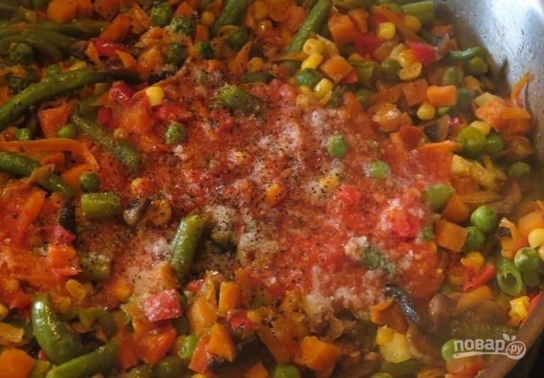 12.Перемешиваю содержимое на плите, вливаю томатный сок (или томатную пасту, разведенную воде, или свежевыжатые томаты с мякотью), солю и перчу.