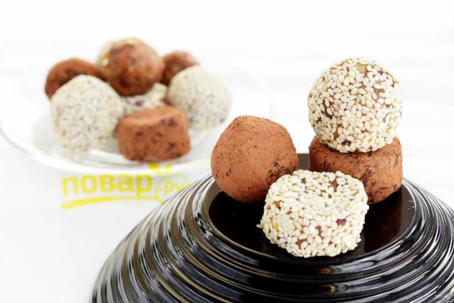 По желанию конфеты можно обвалять в кунжуте, какао-порошке, кэробе или кокосовой стружке. Храните готовые конфеты в прохладном месте.