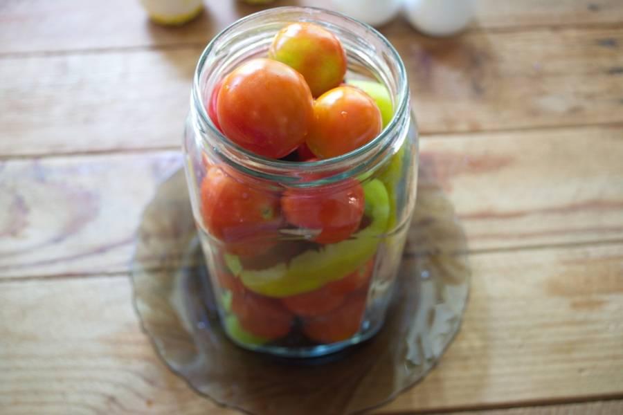 Залейте помидоры кипящим рассолом. Дайте постоять (не закатывать) 15 минут.