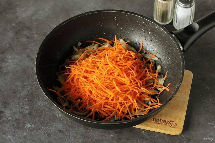Добавьте тертую на терке для корейских салатов морковь.
